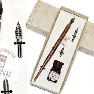 Confezione regalo con penna in legno corredata di pennini, inchiostro colorato. Set scrittura regalo.