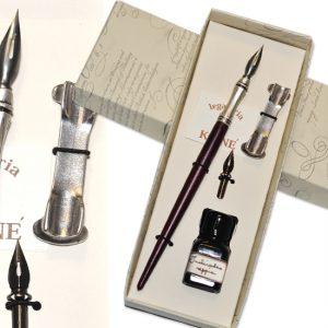 Set scrittura con scatola regalo, penna in legno con punta in metallo decorata e pennini, boccetta di inchiostro colorato.
