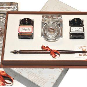 Confezione regalo con calamaio e imbuto in vetro, canotto legno con pennino e due flaconi di inchiostro colorato.