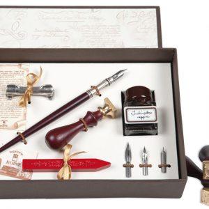 Set scrittura in scatola regalo con pennini di ricambio, penna in legno, inchiostro, ceralacca e sigillo con lettera in bronzo.