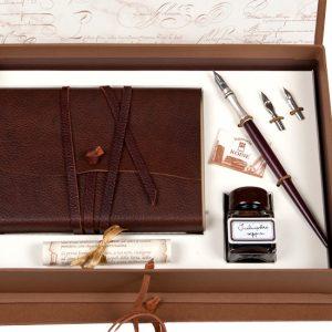Confezione regalo con quaderno piccolo in cuoio morbido marrone stile Medioevalis, penna in legno con puntale in metallo decorato, pennini di ricambio e inchiostro.